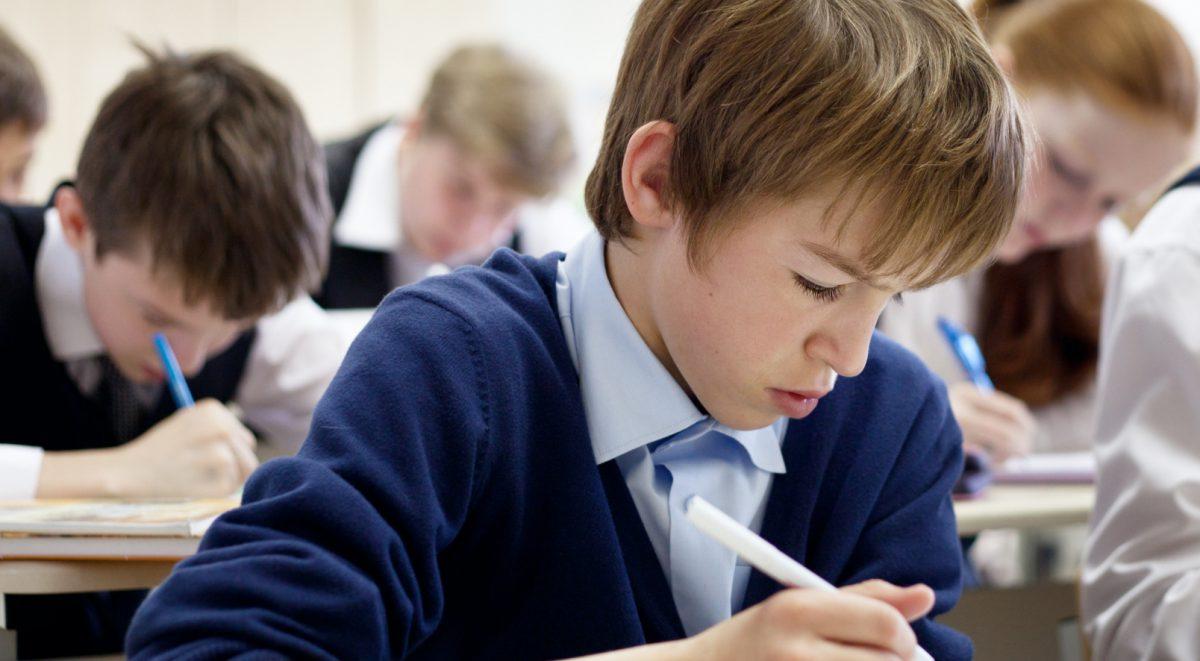 tesztet író iskolások