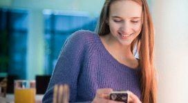mobilon tesztet megoldő lány
